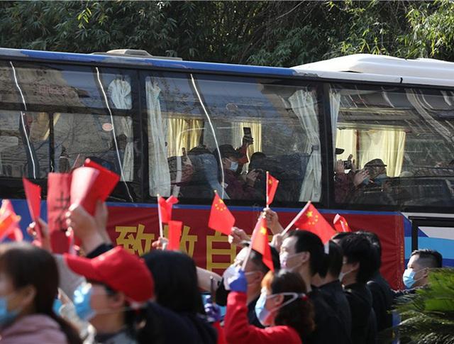 [Ảnh] Hoàn thành sứ mệnh lịch sử, đội ngũ bác sĩ chi viện bùi ngùi rời Vũ Hán - Ảnh 24.