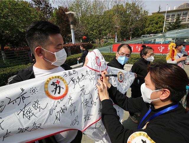 [Ảnh] Hoàn thành sứ mệnh lịch sử, đội ngũ bác sĩ chi viện bùi ngùi rời Vũ Hán - Ảnh 9.