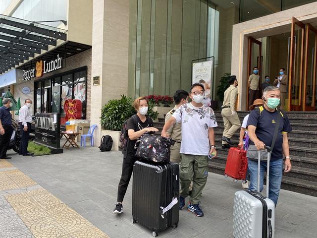 Dỡ cách ly tại khách sạn ở Đà Nẵng nơi 2 khách người Anh dương tính với Covid-19 lưu trú - Ảnh 12.
