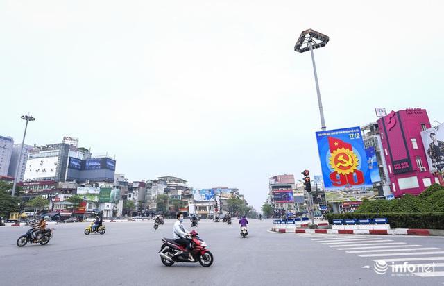 Cuối tuần Hà Nội vắng lặng lạ thường - Ảnh 5.