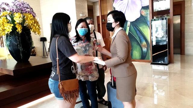 Dỡ cách ly tại khách sạn ở Đà Nẵng nơi 2 khách người Anh dương tính với Covid-19 lưu trú - Ảnh 5.