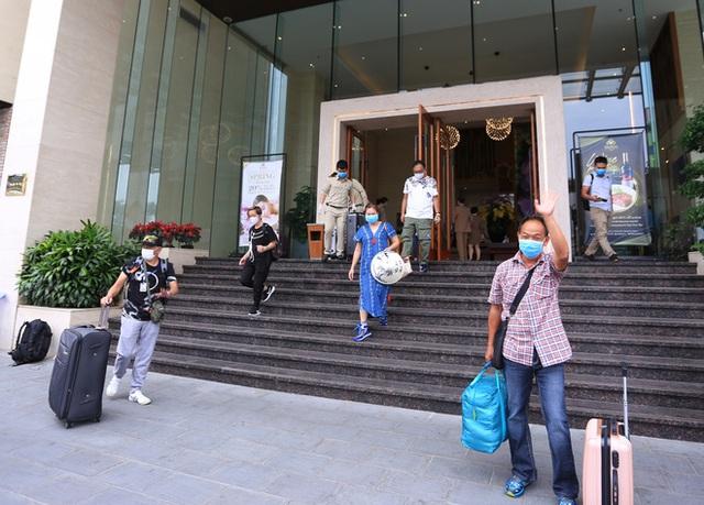 Du khách nước ngoài vui mừng rời khu cách ly ở Đà Nẵng: Cảm ơn các bạn, chúng tôi sẽ quay lại vào một ngày thuận lợi hơn - Ảnh 6.