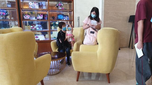 Dỡ cách ly tại khách sạn ở Đà Nẵng nơi 2 khách người Anh dương tính với Covid-19 lưu trú - Ảnh 7.