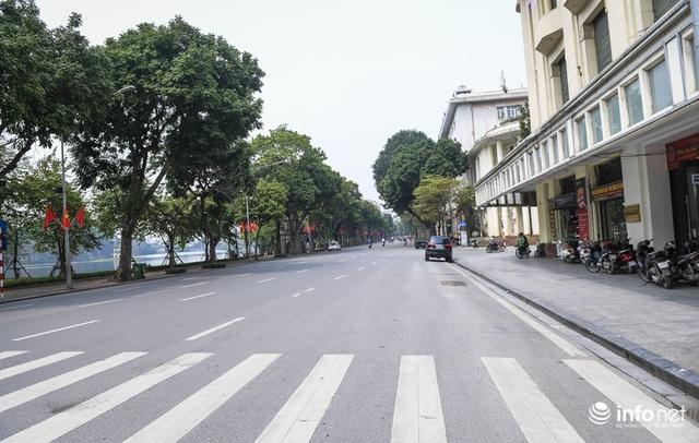 Cuối tuần Hà Nội vắng lặng lạ thường - Ảnh 8.