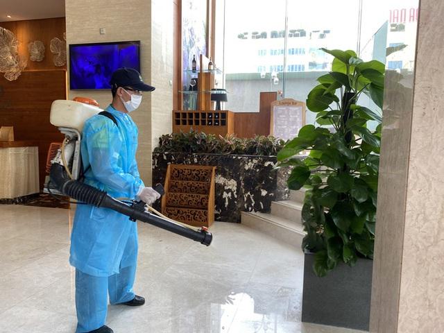 Dỡ cách ly tại khách sạn ở Đà Nẵng nơi 2 khách người Anh dương tính với Covid-19 lưu trú - Ảnh 10.
