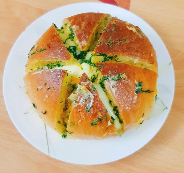 Độc lạ bánh mì phô mai bơ tỏi Hàn Quốc, khách muốn ăn phải đặt trước vài ngày, dân buôn được thể hét giá 100.000 đồng/chiếc - Ảnh 1.
