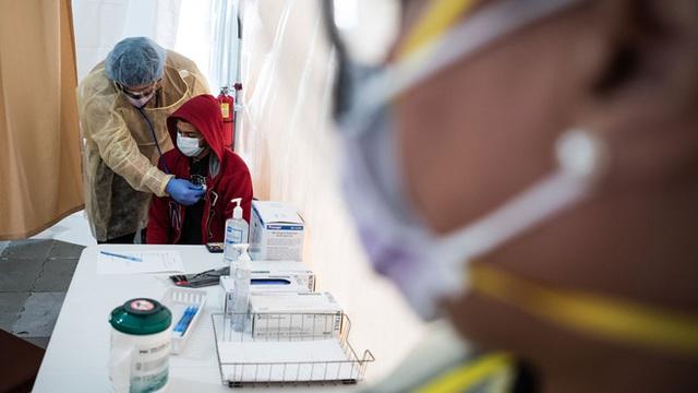 Mỹ thừa nhận hết hy vọng kiểm soát sự lây lan của virus corona, từ bỏ xét nghiệm diện rộng và đổi chiến thuật chống lại đại dịch Covid-19 - Ảnh 2.