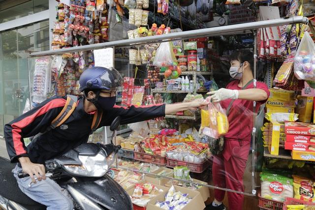 Ảnh: Chủ cửa hàng sống gần khu phố cách ly ở Hà Nội tung chiêu độc để phòng chống dịch Covid-19 - Ảnh 13.