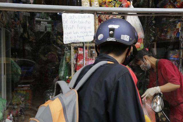 Ảnh: Chủ cửa hàng sống gần khu phố cách ly ở Hà Nội tung chiêu độc để phòng chống dịch Covid-19 - Ảnh 14.