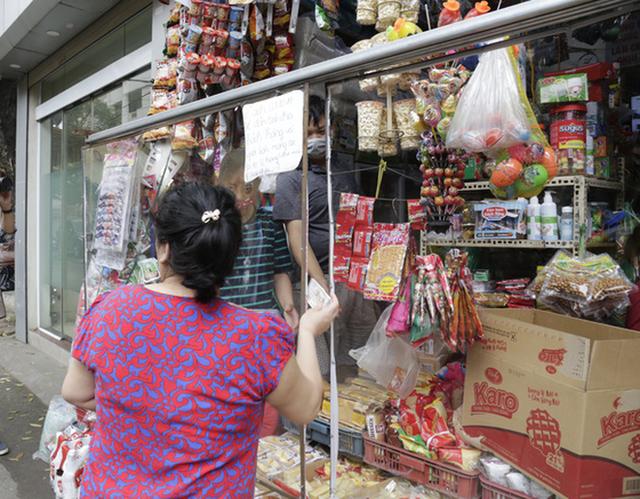 Ảnh: Chủ cửa hàng sống gần khu phố cách ly ở Hà Nội tung chiêu độc để phòng chống dịch Covid-19 - Ảnh 16.