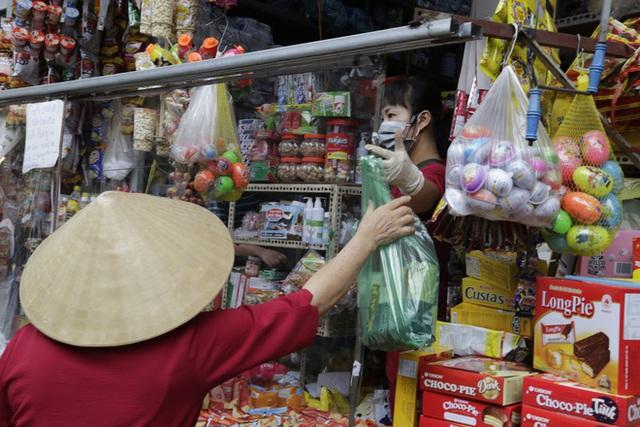 Ảnh: Chủ cửa hàng sống gần khu phố cách ly ở Hà Nội tung chiêu độc để phòng chống dịch Covid-19 - Ảnh 17.