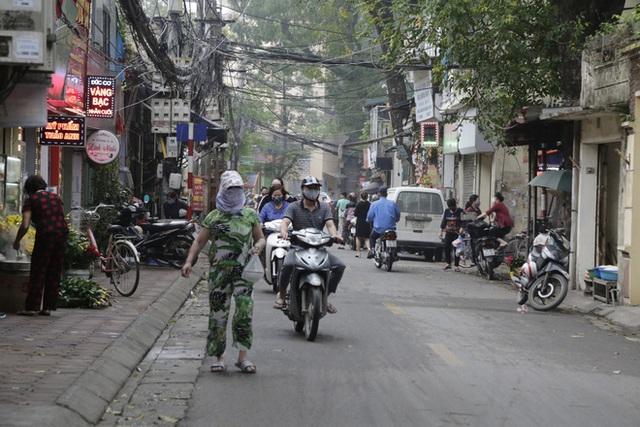 Ảnh: Chủ cửa hàng sống gần khu phố cách ly ở Hà Nội tung chiêu độc để phòng chống dịch Covid-19 - Ảnh 3.