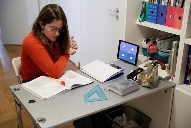 Thế giới chuyển trạng thái online vì dịch bệnh Covid-19: Người người tự cách ly, mua sắm, làm việc qua mạng, vừa bảo vệ sức khỏe vừa thắt chặt tình cảm gia đình - Ảnh 2.