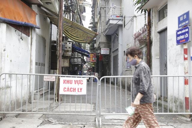Ảnh: Chủ cửa hàng sống gần khu phố cách ly ở Hà Nội tung chiêu độc để phòng chống dịch Covid-19 - Ảnh 5.