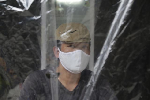 Ảnh: Chủ cửa hàng sống gần khu phố cách ly ở Hà Nội tung chiêu độc để phòng chống dịch Covid-19 - Ảnh 8.