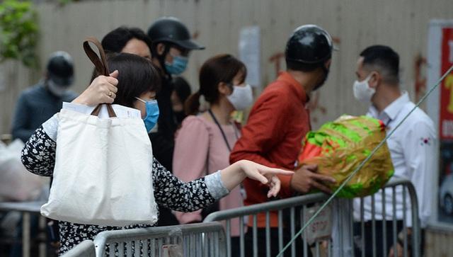 [Ảnh] Đội mưa gửi đồ tiếp tế cho người thân trong khu cách ly Pháp Vân - Tứ Hiệp - Ảnh 2.