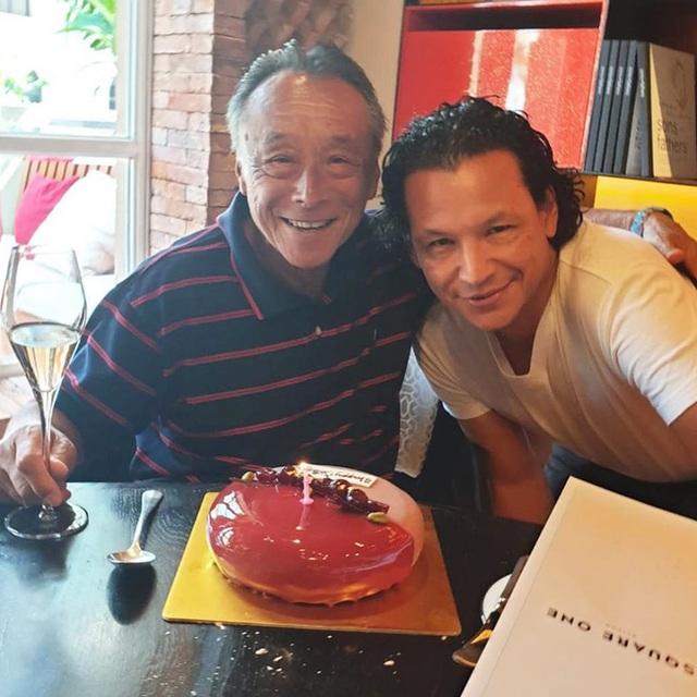 Đầu bếp nổi tiếng Bobby Chinn chia sẻ hình ảnh các tình nguyện viên Việt Nam màn trời chiếu đất ngoài khu cách ly, bạn bè quốc tế xúc động gọi họ là anh hùng - Ảnh 2.