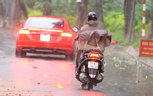 [Ảnh] Đội mưa gửi đồ tiếp tế cho người thân trong khu cách ly Pháp Vân - Tứ Hiệp - Ảnh 11.