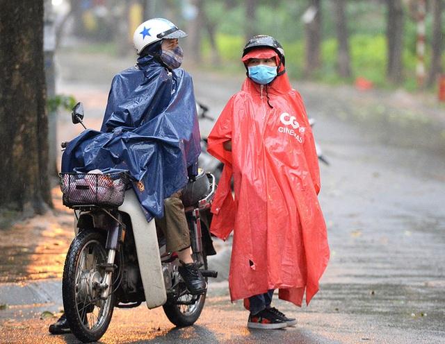 [Ảnh] Đội mưa gửi đồ tiếp tế cho người thân trong khu cách ly Pháp Vân - Tứ Hiệp - Ảnh 12.