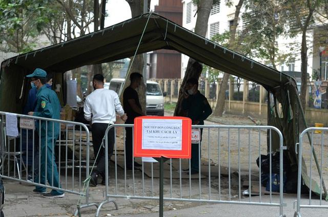 [Ảnh] Đội mưa gửi đồ tiếp tế cho người thân trong khu cách ly Pháp Vân - Tứ Hiệp - Ảnh 3.