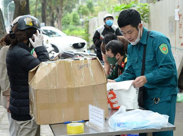 [Ảnh] Đội mưa gửi đồ tiếp tế cho người thân trong khu cách ly Pháp Vân - Tứ Hiệp - Ảnh 4.
