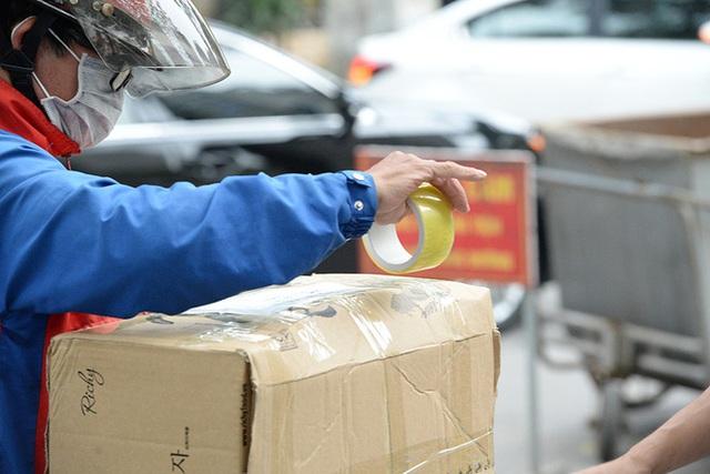 [Ảnh] Đội mưa gửi đồ tiếp tế cho người thân trong khu cách ly Pháp Vân - Tứ Hiệp - Ảnh 6.