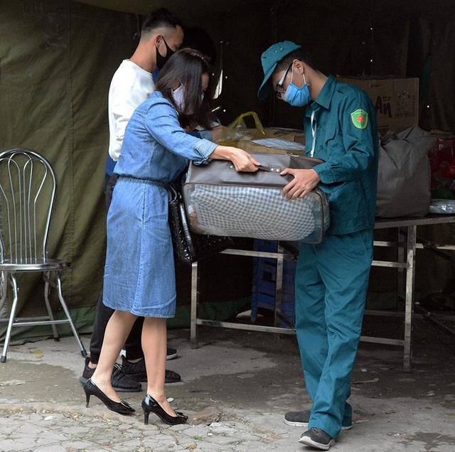 [Ảnh] Đội mưa gửi đồ tiếp tế cho người thân trong khu cách ly Pháp Vân - Tứ Hiệp - Ảnh 7.