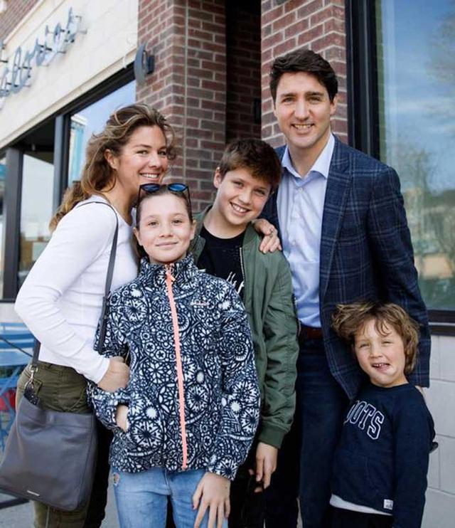 Vợ dương tính với Covid-19, Thủ tướng Canada tự cách ly tại gia, vừa điều hành đất nước vừa chăm 3 con, lau dọn nhà cửa kiêm giặt giũ - Ảnh 2.