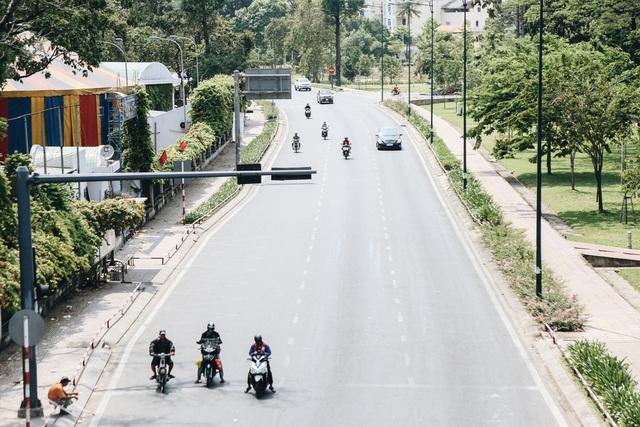 Phố Sài Gòn vắng lặng, quán cafe đồng loạt tạm đóng cửa chung tay phòng chống dịch Covid-19 - Ảnh 1.