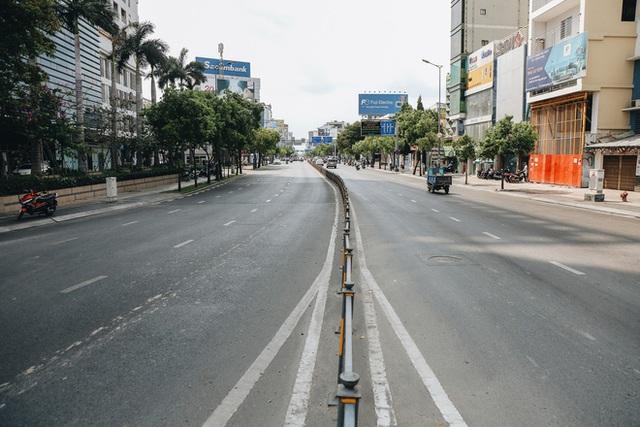 Phố Sài Gòn vắng lặng, quán cafe đồng loạt tạm đóng cửa chung tay phòng chống dịch Covid-19 - Ảnh 2.