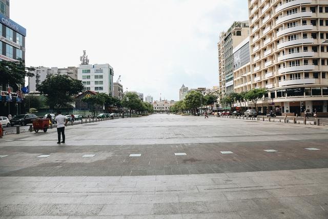Phố Sài Gòn vắng lặng, quán cafe đồng loạt tạm đóng cửa chung tay phòng chống dịch Covid-19 - Ảnh 11.