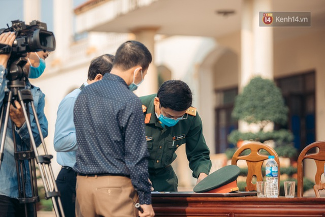 Chùm ảnh xúc động buổi chia tay tại khu cách ly: Người đến người đi, chỉ có các cô chú nhân viên vẫn ở lại chống dịch - Ảnh 17.