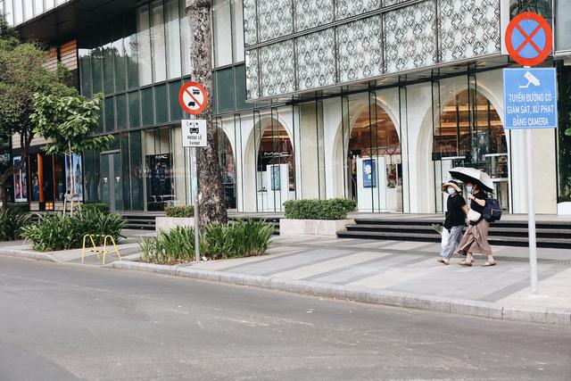 Phố Sài Gòn vắng lặng, quán cafe đồng loạt tạm đóng cửa chung tay phòng chống dịch Covid-19 - Ảnh 20.