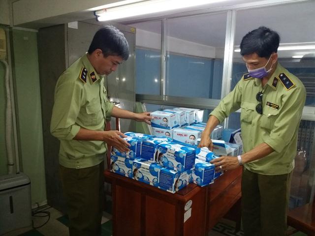 Phát hiện hơn 200.000 chiếc khẩu trang chưa đủ hóa đơn, chứng từ tại An Giang  - Ảnh 1.