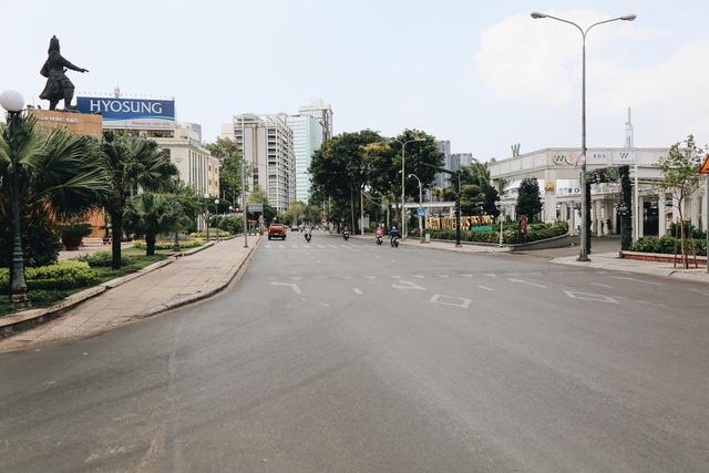 Phố Sài Gòn vắng lặng, quán cafe đồng loạt tạm đóng cửa chung tay phòng chống dịch Covid-19 - Ảnh 5.