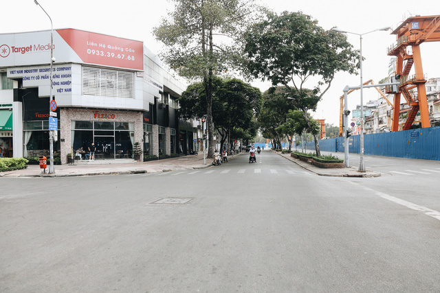 Phố Sài Gòn vắng lặng, quán cafe đồng loạt tạm đóng cửa chung tay phòng chống dịch Covid-19 - Ảnh 7.