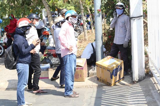 Người cách ly ở KTX âm thầm mua sữa tặng các anh dân quân tự vệ để cảm ơn vì ngày đêm chuyển hàng viện trợ - Ảnh 8.