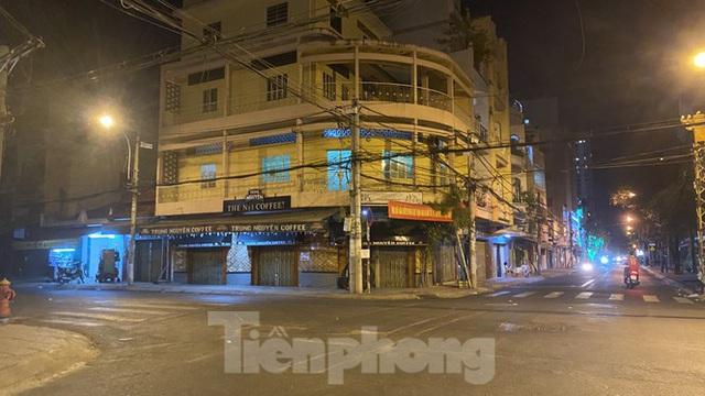 Hàng quán ở TPHCM đồng loạt đóng cửa để chống dịch bệnh Covid-19 - Ảnh 9.