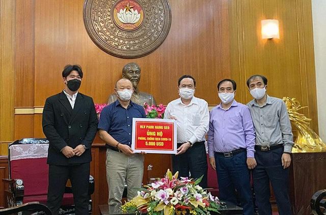 Tiếp bước các cầu thủ, HLV Park Hang-seo ủng hộ 5.000 USD chống dịch Covid-19  - Ảnh 1.