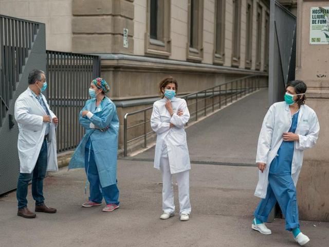 Đại dịch Covid-19 quật ngã hàng nghìn nhân viên y tế khắp châu Âu - Ảnh 3.