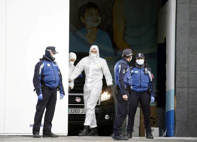Đại dịch Covid-19 quật ngã hàng nghìn nhân viên y tế khắp châu Âu - Ảnh 4.