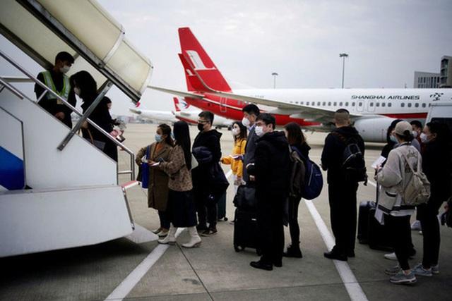 Sinh viên Trung Quốc chạy trốn virus khỏi Mỹ phải trả 20.000 USD/vé máy bay - Ảnh 1.