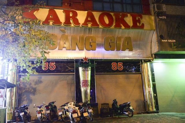 Hình ảnh khác lạ của các phố karaoke nổi tiếng Hà Nội sau chỉ đạo đóng cửa tạm thời - Ảnh 1.