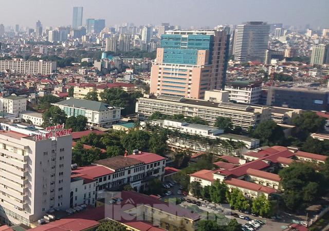 Hàng quán xung quanh bệnh viện Bạch Mai cửa đóng then cài - Ảnh 1.