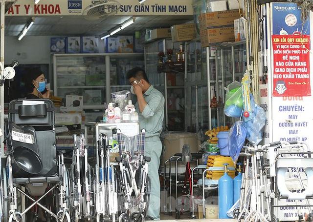Hàng quán xung quanh bệnh viện Bạch Mai cửa đóng then cài - Ảnh 12.