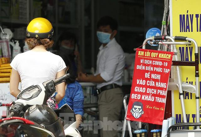 Hàng quán xung quanh bệnh viện Bạch Mai cửa đóng then cài - Ảnh 13.
