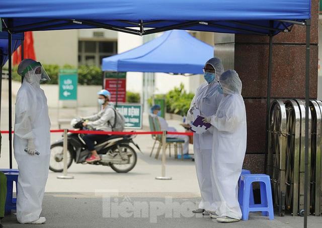 Hàng quán xung quanh bệnh viện Bạch Mai cửa đóng then cài - Ảnh 4.