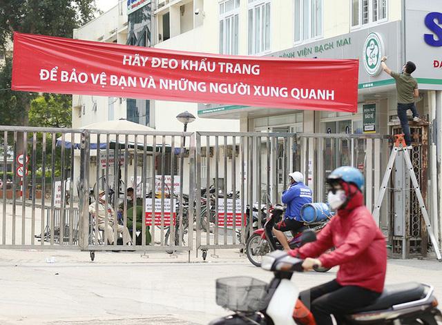 Hàng quán xung quanh bệnh viện Bạch Mai cửa đóng then cài - Ảnh 5.