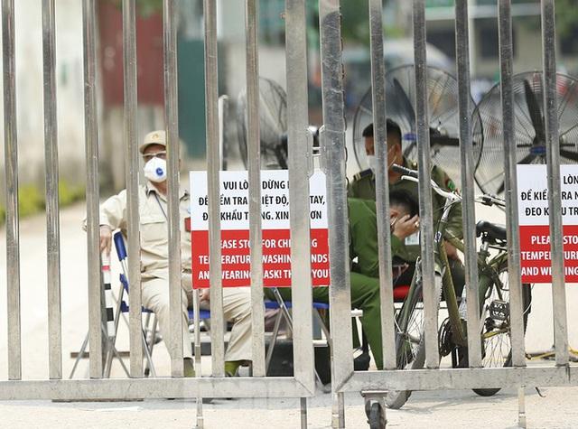 Hàng quán xung quanh bệnh viện Bạch Mai cửa đóng then cài - Ảnh 6.