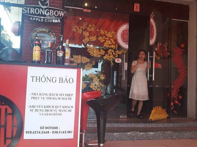 """Nhiều hàng quán ở Sài Gòn treo biển """"phục vụ tối đa 29 người"""" để được tiếp tục được hoạt động trước quy định mới - Ảnh 1."""
